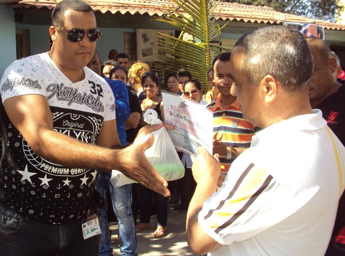 Aldo Vázquez Machado, a la derecha, recibe certificado de reconocimientoFOTO/Orlando Fombellida Claro