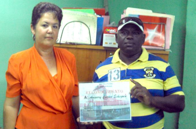 Amaury Correa, a la derecha, muestra el certificado de reconocimiento a su desempeño el 2016 FOTO/Orlando Fombellida Claro