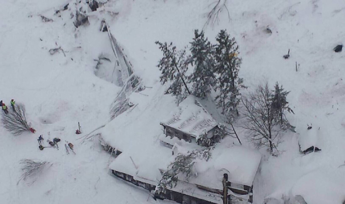 Recuperan primer cadáver en hotel italiano sepultado por avalancha