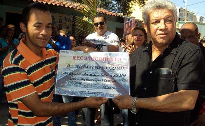 Miguel Oliva García, a la derecha, recibe el certificado de reconocimiento a la UEB Vías y Puentes, de GranmaFOTO/Orlando Fombellida Claro