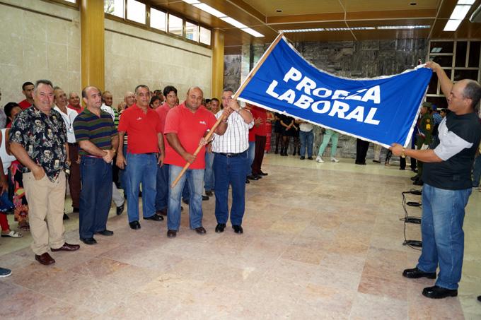 Entregan bandera de Proeza Laboral a la División Granma de Radiocuba (+ audio)