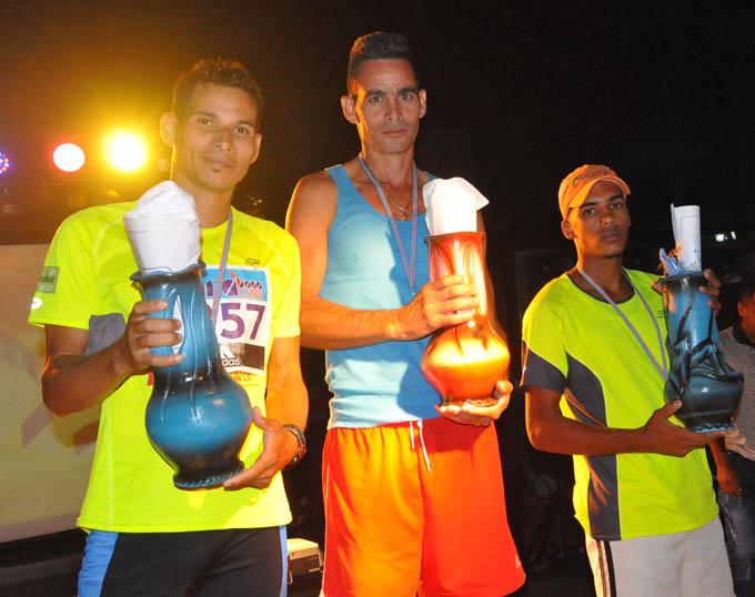 Fouman (al centro) terminó en el cuarto lugar de la clasificación general y dominó el provincial masculino, junto al masoense Alien Reyes y el jiguanisero Randy Oscar Cisneros (a la derecha)