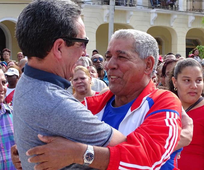 Carlos Martí Santos (a la derecha) saluda a Prisciliano Guisado Tapia, exdirector provincial de Deportes / Foto Luis Carlos Palacios Leyva