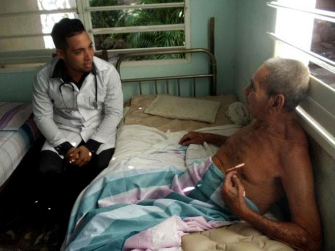 El doctor Denis Gabriel Santos visita a Salvador Carrión prácticamente a diario. FOTO/ Gisselle Morales