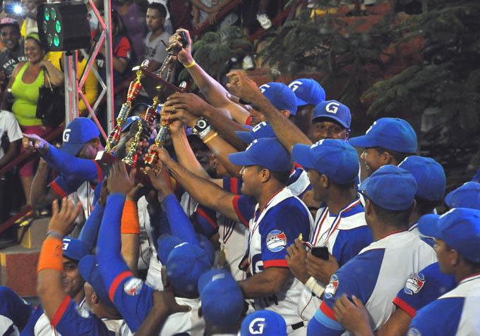 Por primera vez, el béisbol granmense alza el trofeo de campeón nacional / Rafael Martínez Arias