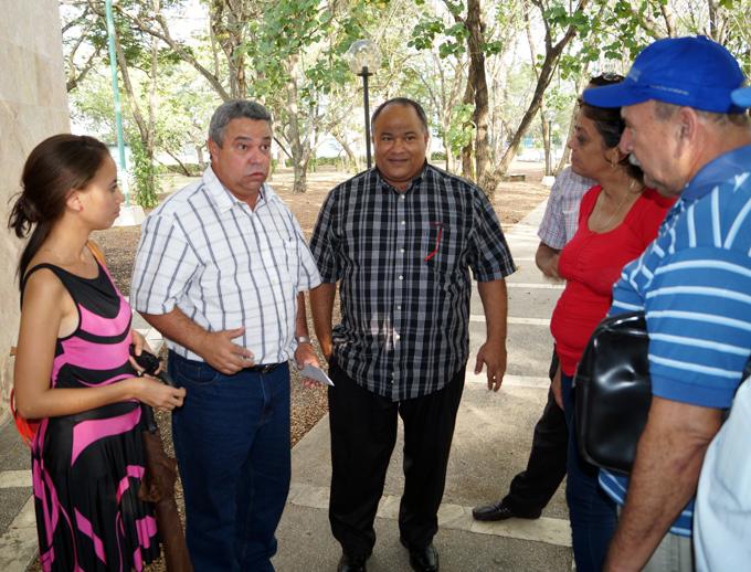 Ulises Guilarte, segundo de izquierda a  derecha,  dialoga con periodistas granmenses. A su izquierda, Federico Hernández, primer secretario del Partido Comunista de Cuba en la provincia de Granma FOTO/Luis C. Palacios Leyva