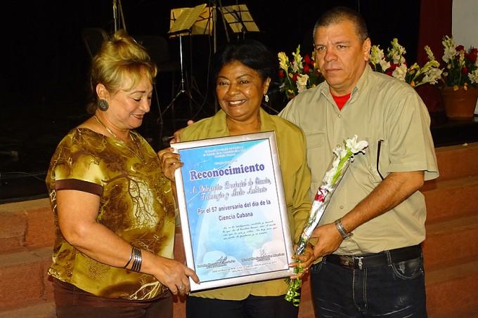 Iris Betancourt, delegada del Citma en Granma, recibió el reconocimiento FOTO / Luis Carlos Palacios
