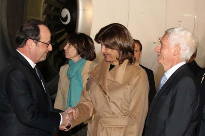 Arriba presidente francés Francois Hollande a Colombia