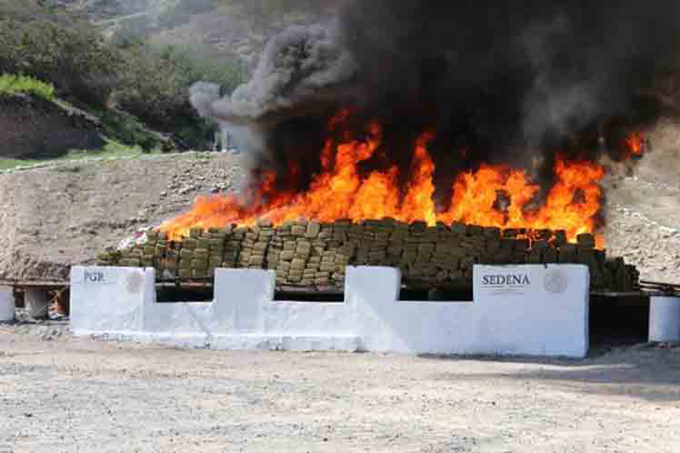 Incineran cinco toneladas de droga en México