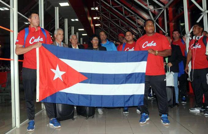 Reciben en Cuba a equipo Alazanes de Granma
