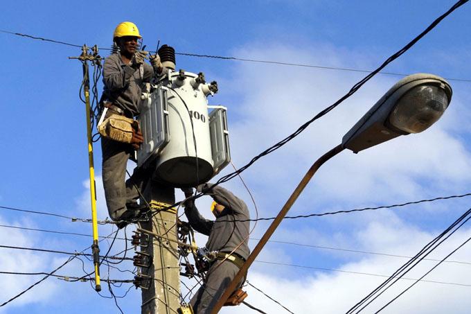 Destaca Ministro de Energía y Minas trabajo de la electrificación en Granma