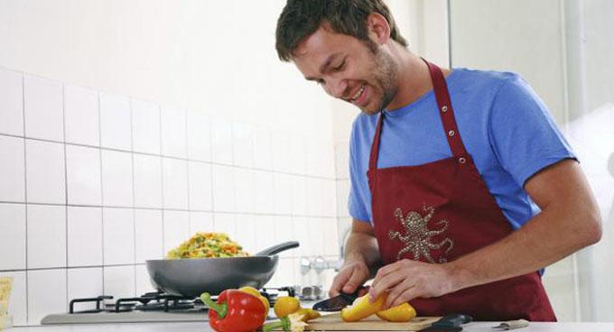 Tareas domésticas mejorarían salud de hombres obesos, según estudio