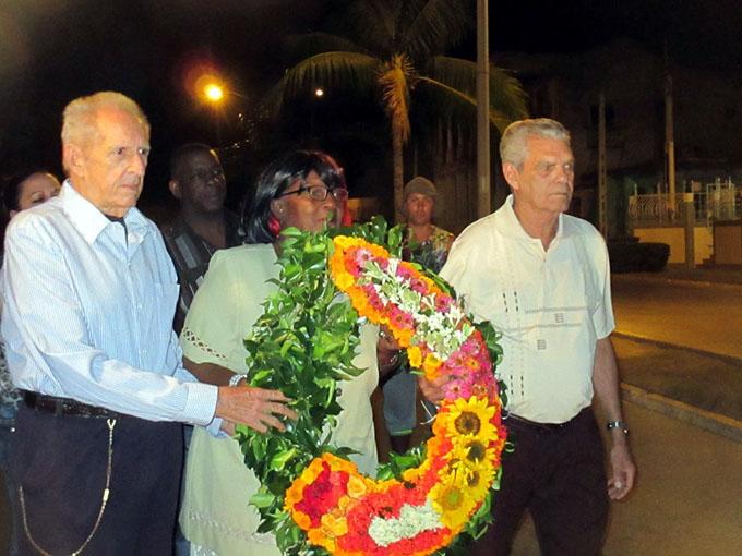 Manzanilleros honran al Bárbaro del Ritmo