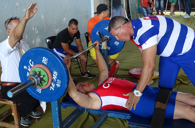 Maiyor recibe instrucciones de su entrenador Ramón Martínez, segundos antes de ejecutar el movimiento / Fotos Luis Carlos Palacios Leyva
