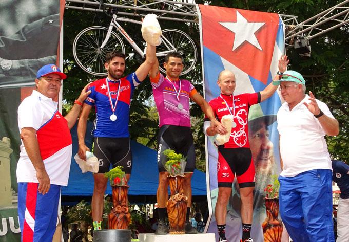 De izquierda a derecha los vencedores de la etapa, Consuegra, Nodarse y González