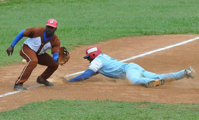 Desde hace años, el tope entre selecciones de las dos llaves era un reclamo de la afición beisbolera granmense / Foto Luis Carlos Palacios Leyva