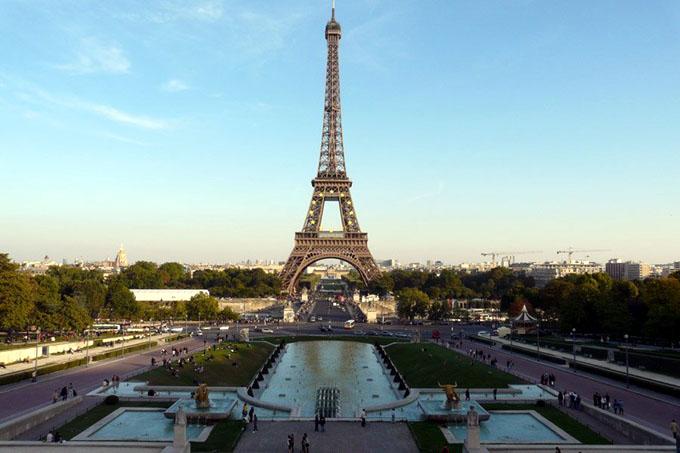 Planean levantar muro de cristal antibalas en la torre Eiffel