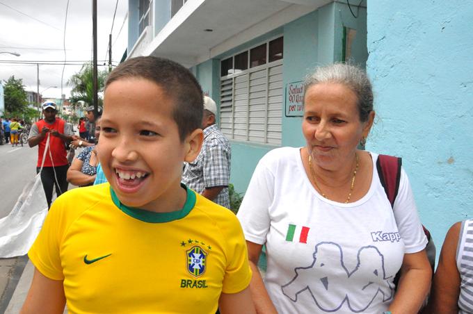 Esteban, en primer plano, junto a su mamá Juana