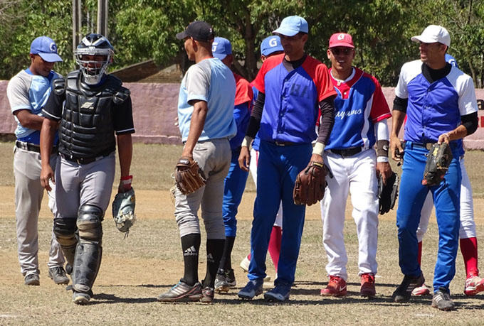 La selección del Cauto, dirigida por el bayamés Luis Ernesto González, festeja al concretar el triunfo