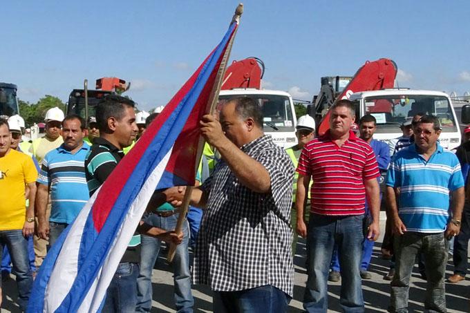 El primer secretario del Partido Comunista de Cuba en Granma, Federico Hernández Hernández abandera a la brigada/ FOTO Luis Carlos Palacios