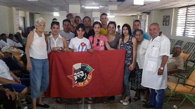 Entregan a Etecsa de Granma bandera Colectivo Juvenil 55 Aniversario
