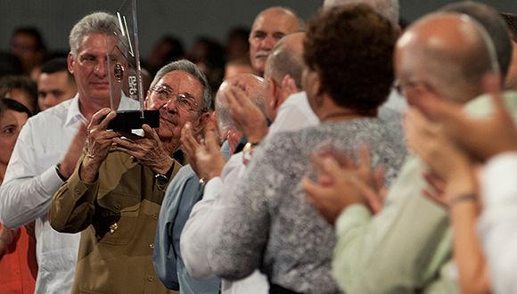 Asiste Raúl a gala político-cultural por el cuatro de abril