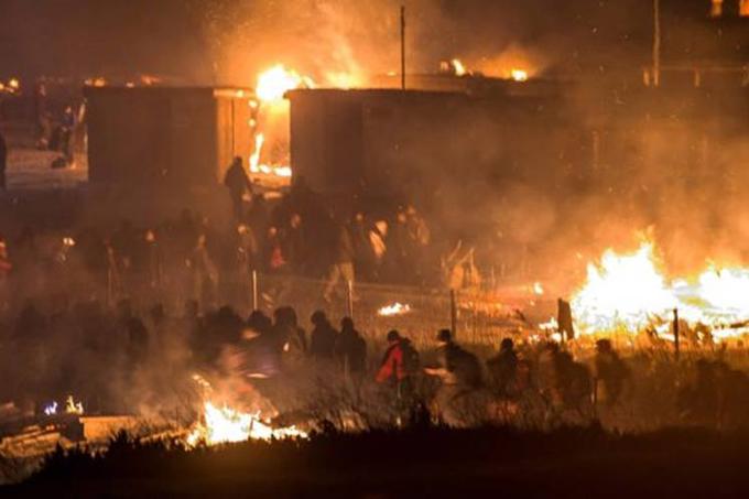 Incendio provoca destrucción de campo de migrantes en Francia