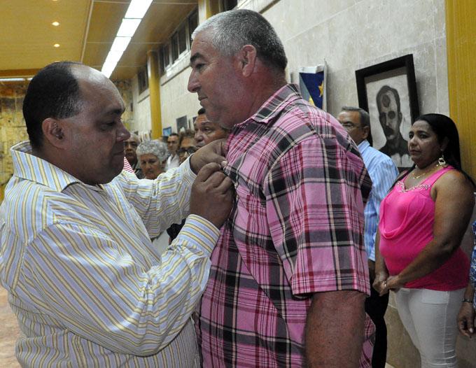 Condecoran trabajadores destacados en Granma