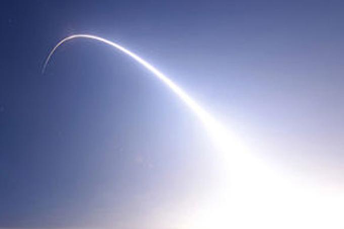 EE.UU. prueba cohete intercontinental en medio de tensiones bélicas