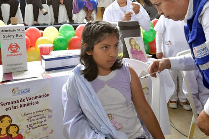 Vacunadas en Bolivia 110 mil niñas contra virus del Papiloma Humano