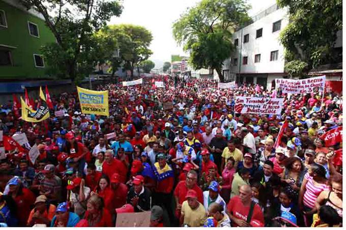 Caracas se viste de rojo y apuesta por la paz
