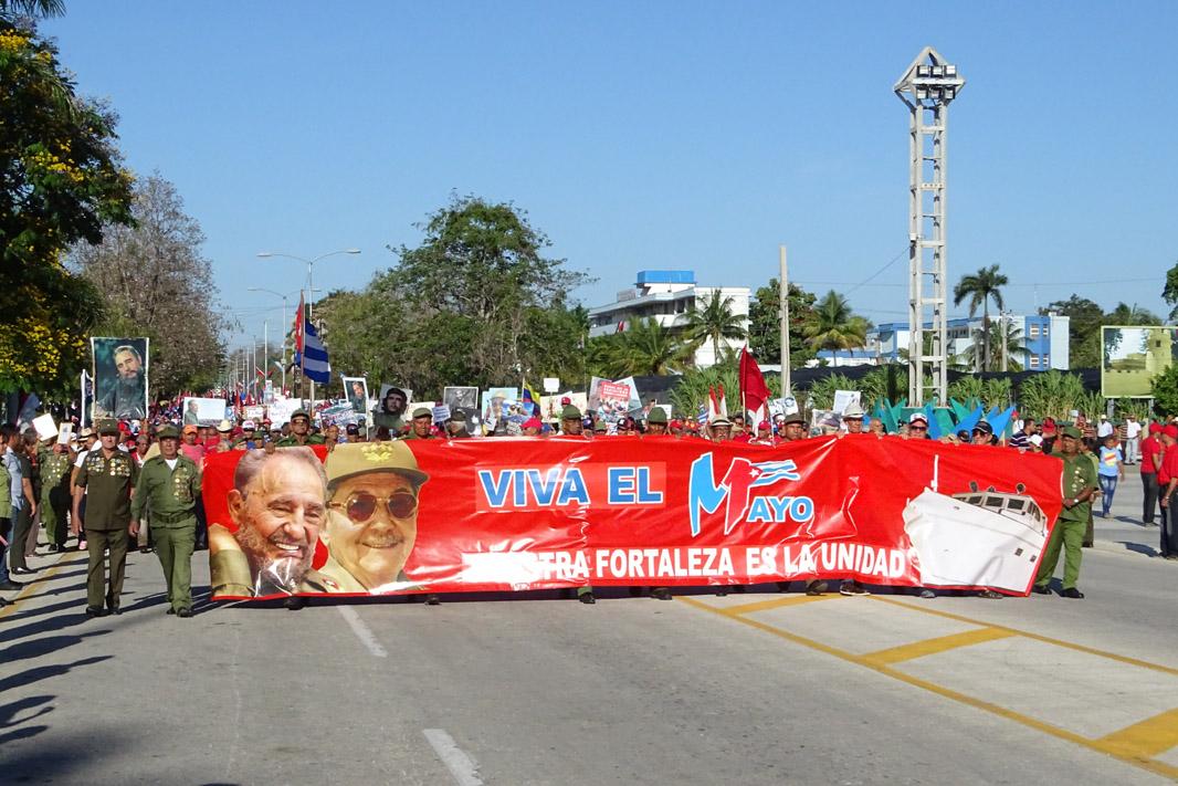 Granma desfila en la Plaza de la Patria este Primero de Mayo (fotos y videos)