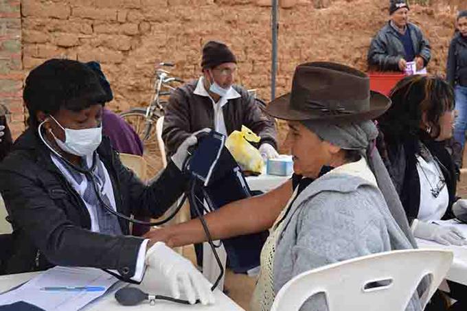 Más de 100 colaboradores cubanos en feria de salud en Bolivia