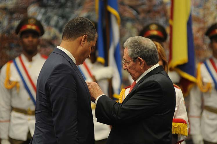 Condecora Raúl Castro a su par ecuatoriano Rafael Correa