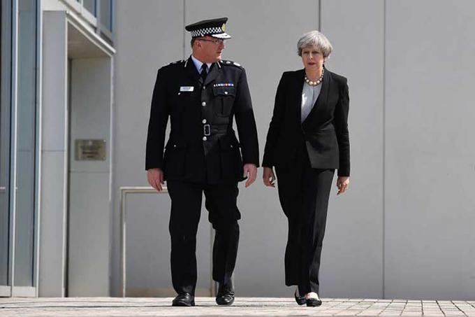 Primera ministra británica visita a heridos tras atentado terrorista