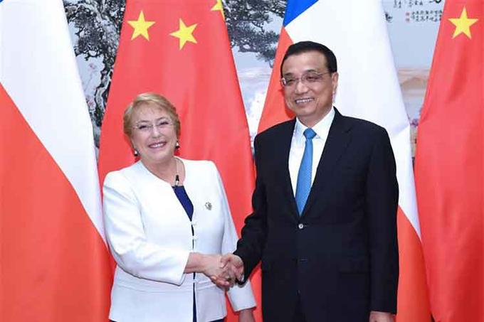 Bachelet dialoga con primer ministro de China al cierre de su visita