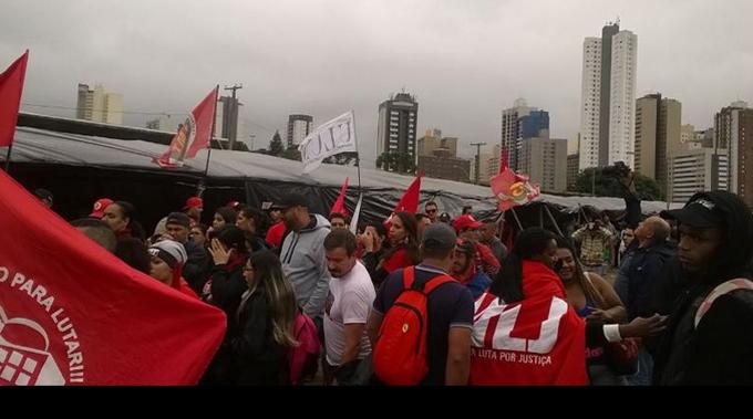 Lula acude a sitiada sede de Justicia Federal en Curitiba (+ Fotos)