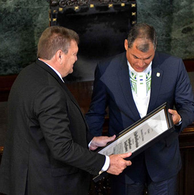 Recibe Rafael Correa Honoris Causa por la Universidad de La Habana