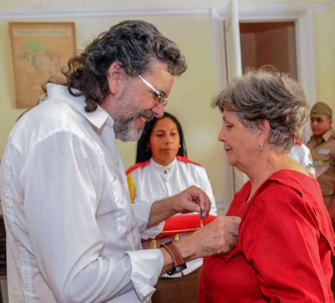 Recibe la Medalla Alejo Carpentier la doctora Luisa Campuzano