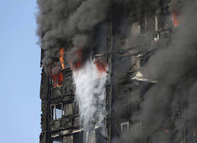 Ascienden a 12 los fallecidos por incendio en edificio londinense