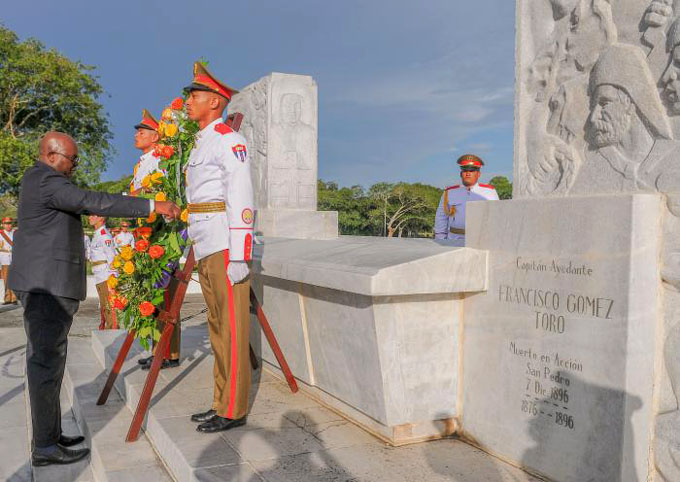 Ministro de defensa de Namibia rindió tributo a Maceo
