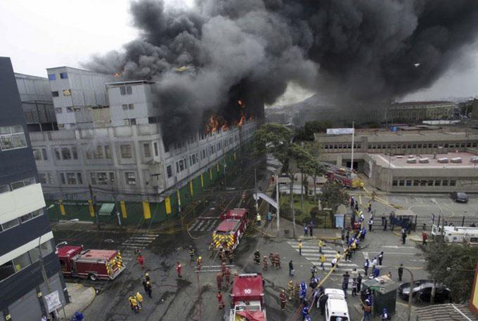 Indignación en Perú por devastador incendio que deja desaparecidos
