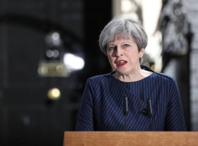 Theresa May busca ganar votos un día antes de elecciones británicas