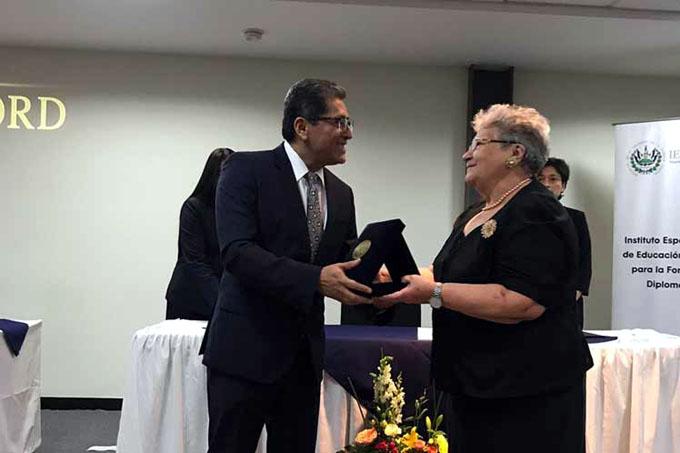 El Salvador distingue tradición del servicio exterior de Cuba