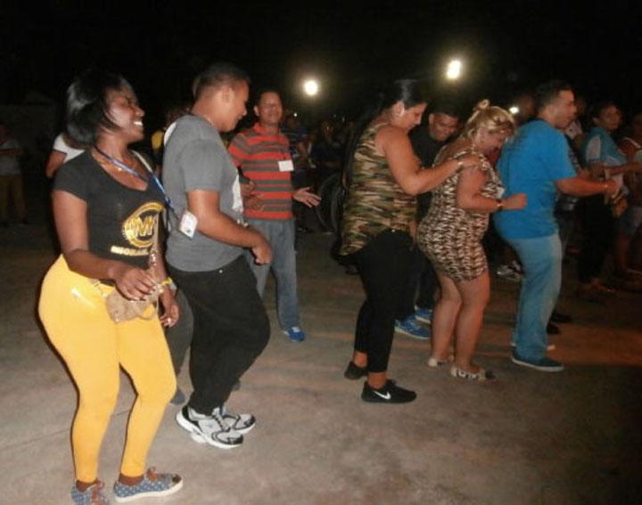 Jóvenes disfrutan a tope el Festival