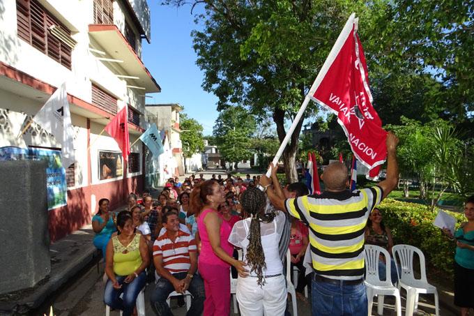 Entregan  bandera de Vanguardia Nacional a fábrica Mario Alarcón