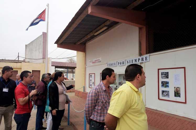 Colaboradores cubanos en Angola exponen fotografías de Fidel Castro