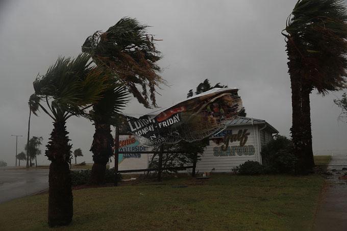 Harvey se degrada y amenaza con fuertes inundaciones en Texas, EE.UU.