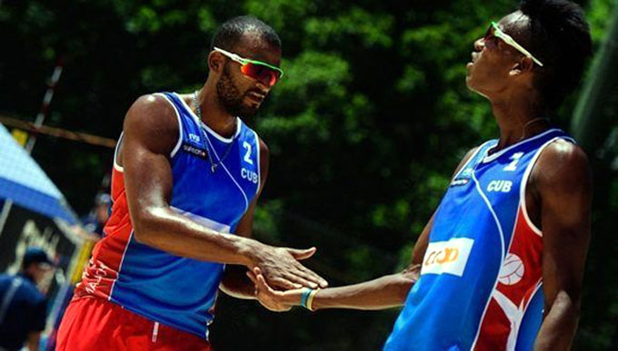 Cubanos avanzan como líderes de grupo en Mundial de voleibol playero