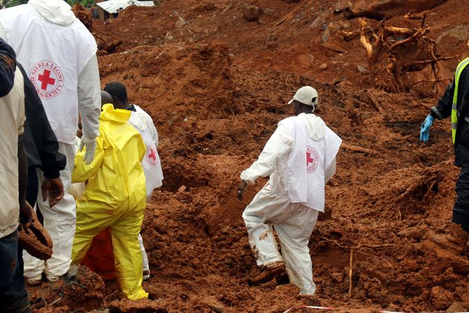 Sepultan a cientos de víctimas de deslave en Sierra Leona